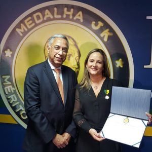 Joubert Flores entregou a Medalha JK para Roberta Marchesi