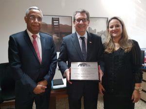 Joubert Flores, Vicente Abate e Roberta Marchesi na entrega da placa comemorativa na sede da ANPTrilhos